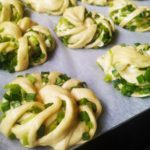 Пуховые булочки с зеленым луком